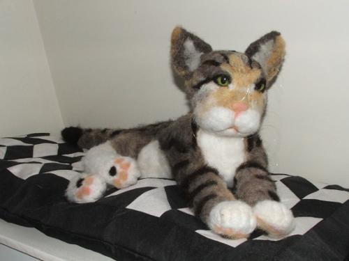 Maya, grote kat gemaakt van wol.